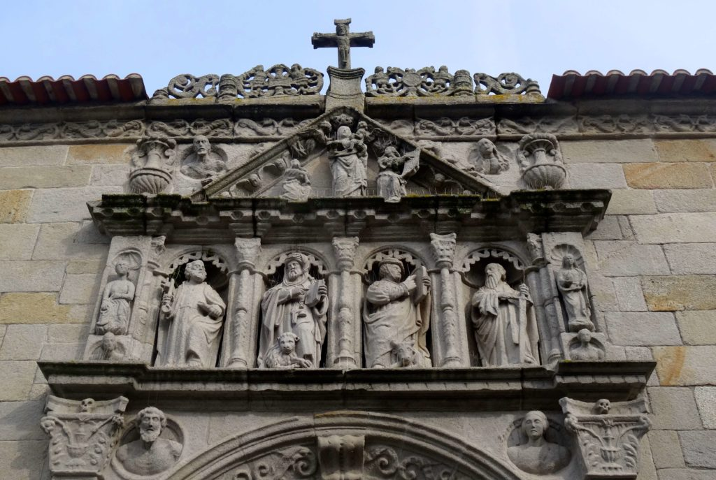 Statuen an der Igreja Matriz