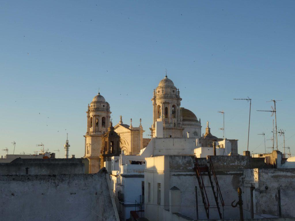 Morgens über den Dächern von Cádiz