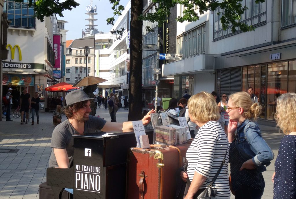 My Traveling Piano in Hannover: Interaktion mit Fans