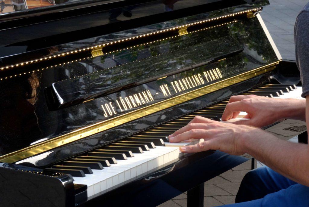 My Traveling Piano: Ohne sein Instrument geht Joe Löhrmann nicht mehr auf Reisen