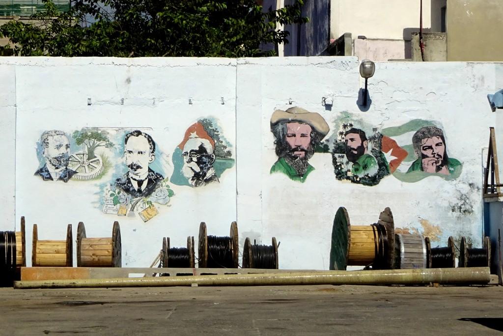 Kubanische Helden auf dem Hof der ETECSA