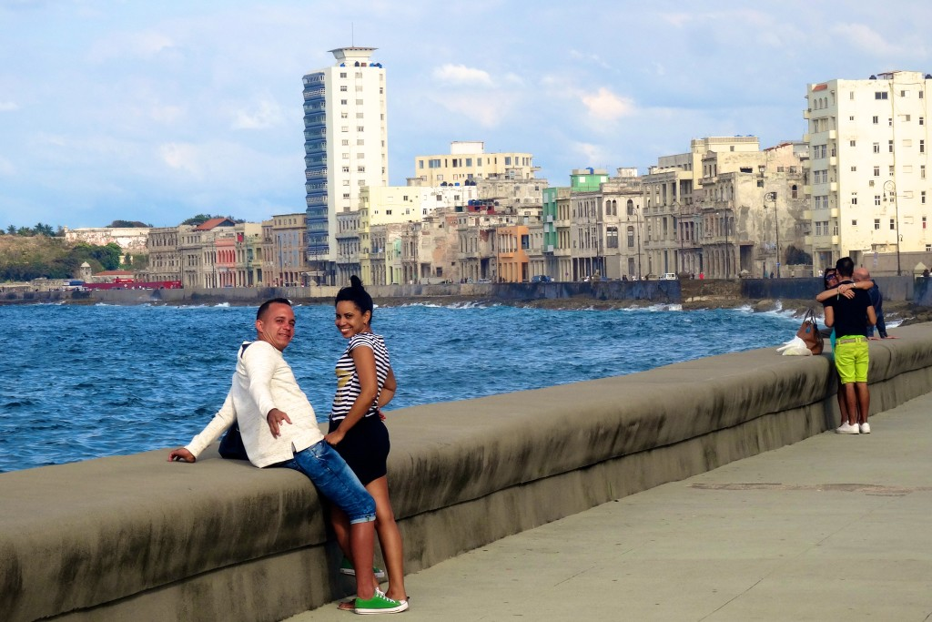 Schon nachmittags treffen sich Liebespaare am Malecón: Das Klischee lebt