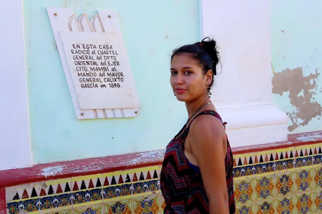 Vor einem historischen Gebäude im kubanischen Gibara