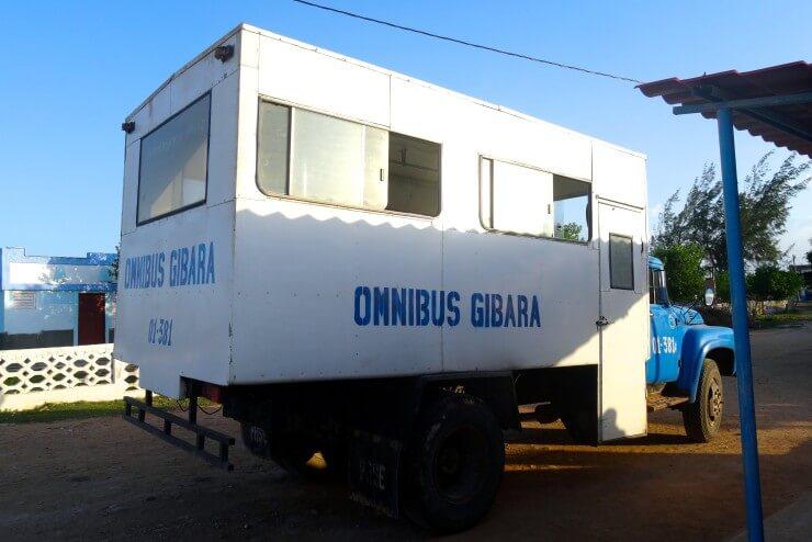 Gibara Kuba, Bus 728 fährt zwischen Gibara und Caletones