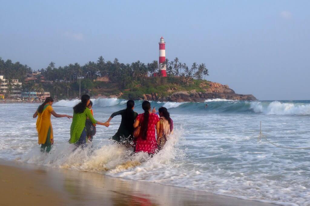 Frauen beim Baden am Kovalam Beach