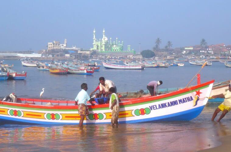 Fischer am Strand von Vizhinjam bei Kovalam