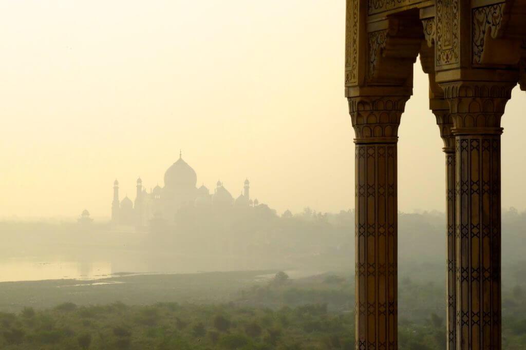 Taj Mahal am Morgen: Blick vom Roten Fort