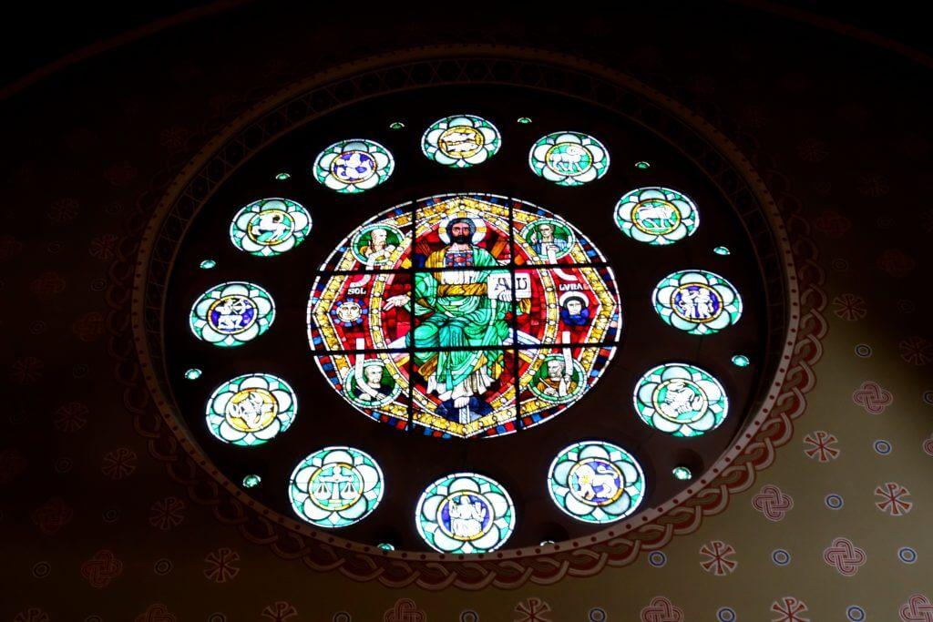 Sehenswürdigkeiten in Hannover, Fensterrose über dem Altar der Bethlehemkirche