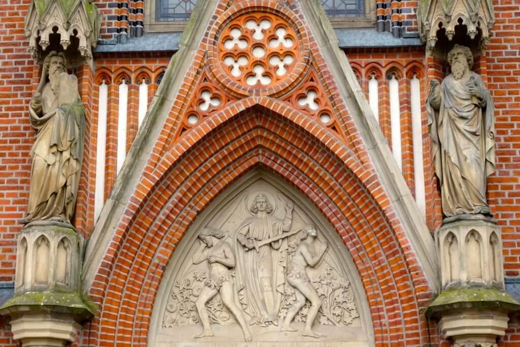 Christuskirche Hannover, Bild von Adam und Eva über dem Eingang