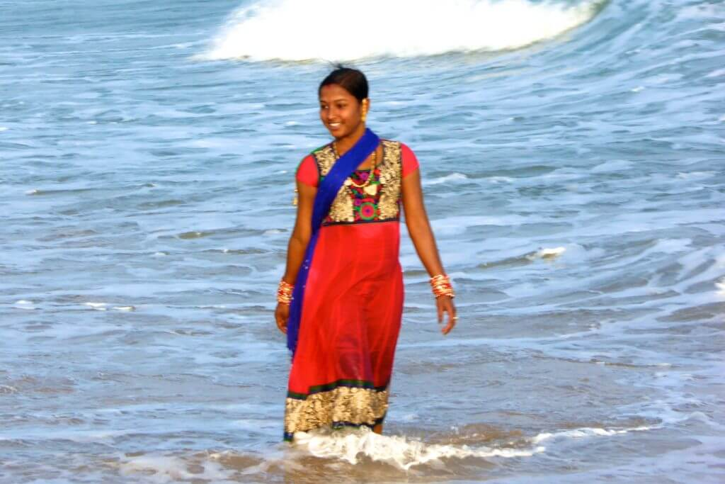 Kultur in Indien, badende Inderin in Gopalpur