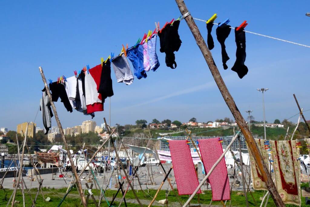 Impressionen aus dem Fischerdorf Afurada: Wäsche flattert im Wind