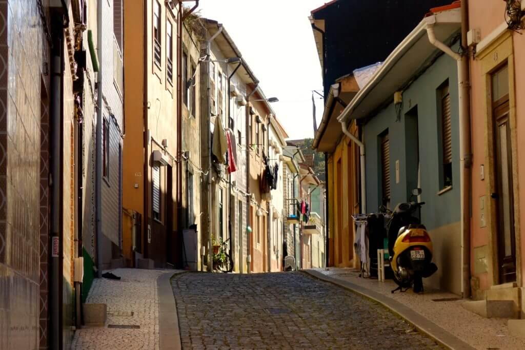 Straße im Fischerdorf Afurada