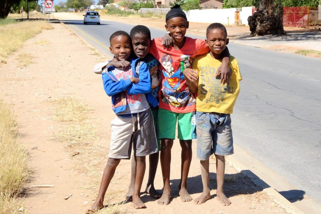 Jahresrückblick Reiseblog Groovy Planet, Kinder auf der Straße in Tsumeb, Namibia