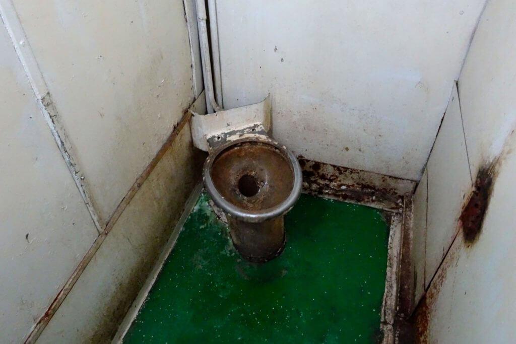 Zug fahren in Kuba. Toilette im Zug von Havanna nach Guantánamo