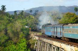Zug fahren in Kuba, hier über Brücke im Oriente