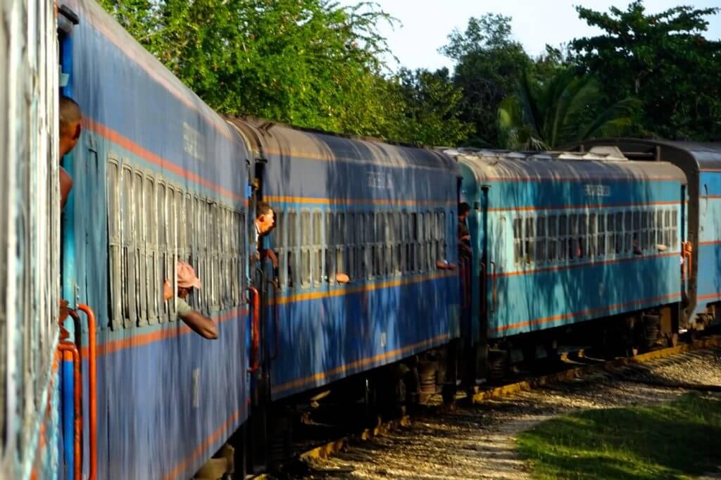 Zug fahren in Kuba. Unterwegs im Oriente, dem Osten Kubas.