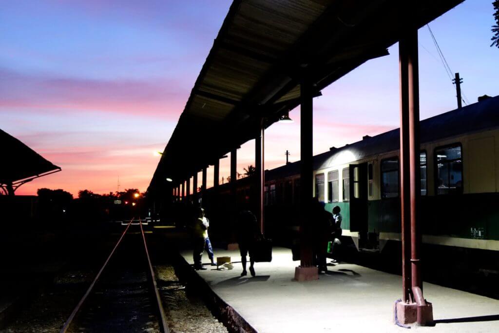 Zug fahren in Kuba. Morgendämmerung über dem Bahnhof von Guantánamo