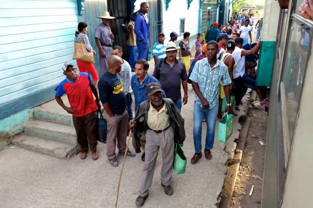 Zug fahren in Kuba. Stopp zwischen Guantánamo und Holguín