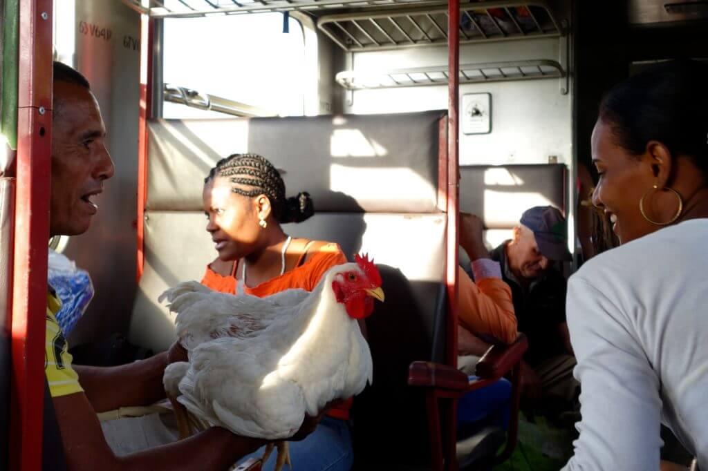 Zug fahren in Kuba. Morgendliche Impressionen im Zug von Guantánamo nach Holguín