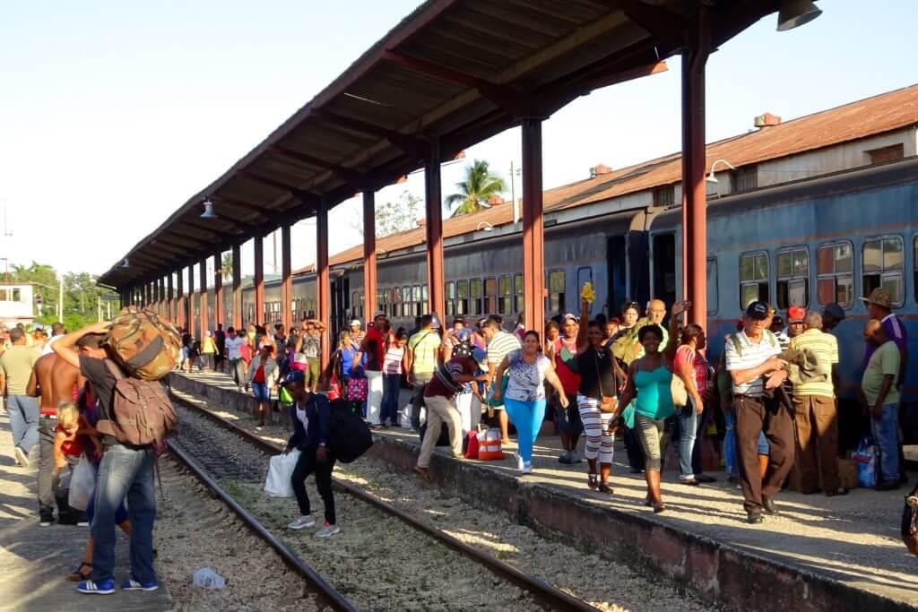 Zug fahren in Kuba. Ankunft auf dem Bahnhof von Guantánamo