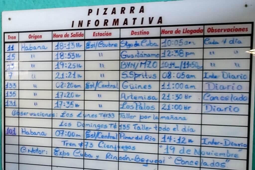 Zug fahren in Kuba. Fahrplan im Bahnhof La Coubre von Havanna