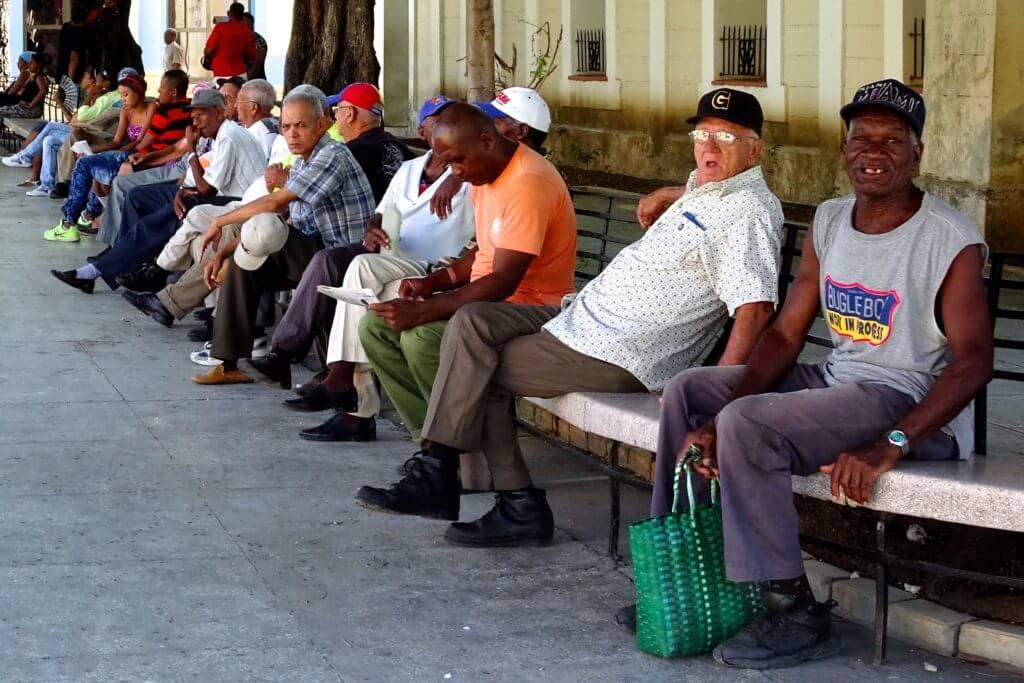 Menschen im Parque José Martí von Guantánamo