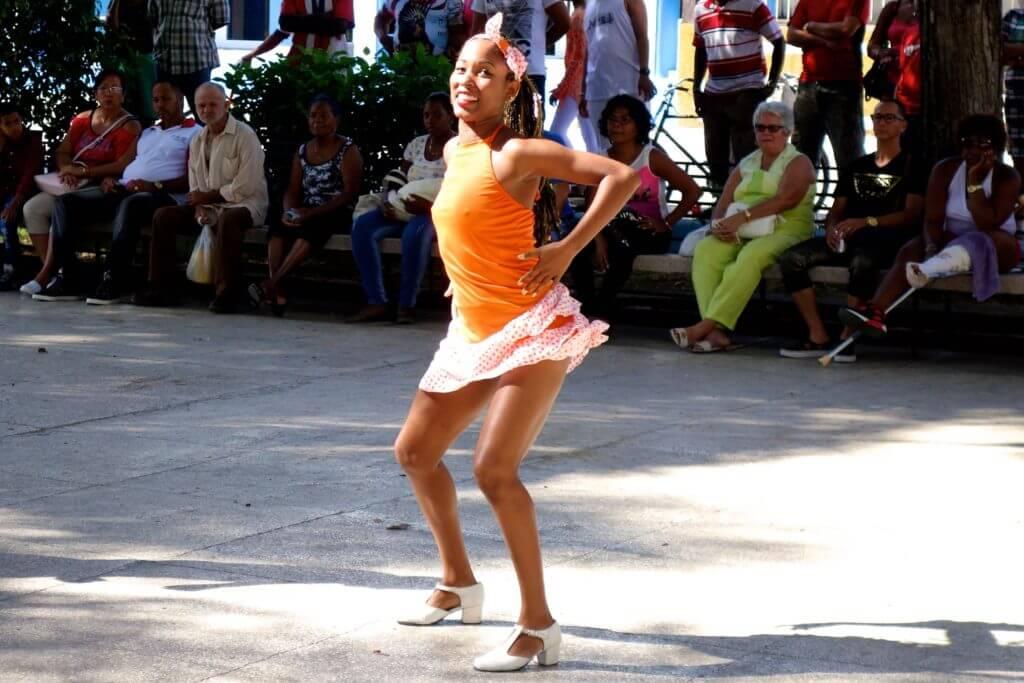Tänzerin im Parque José Martí von Guantánamo