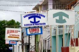Casa Particular in Kuba. Schilder mit dem typischen blauen, ankerähnlichen Symbol