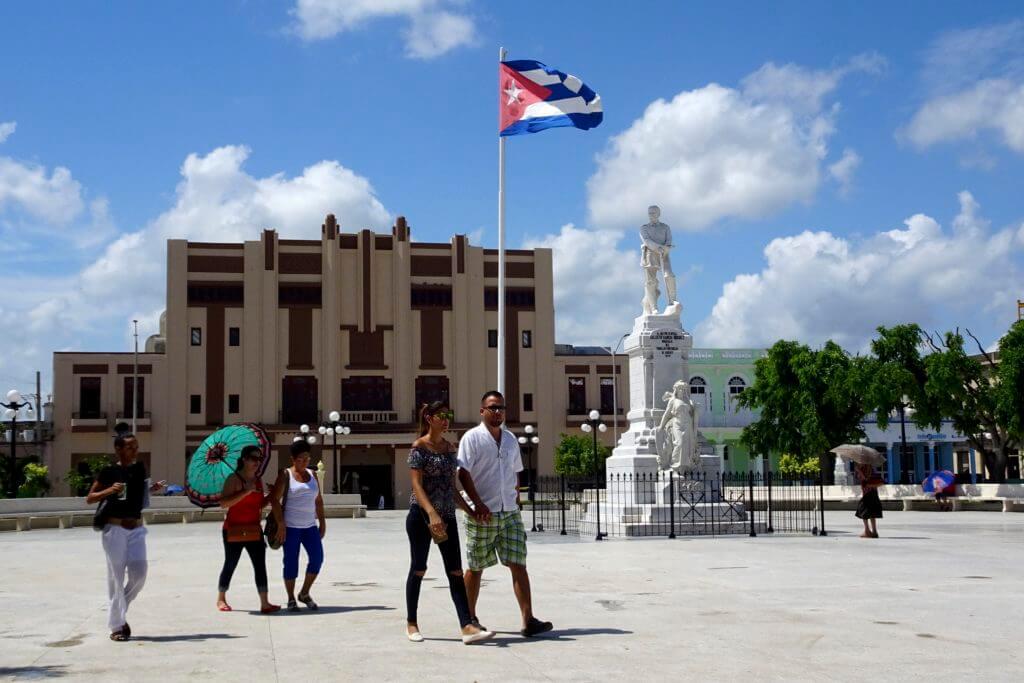 Holguín. Parque Calixto Garcia mit Blick auf die Statue des namensgebenden Generals.