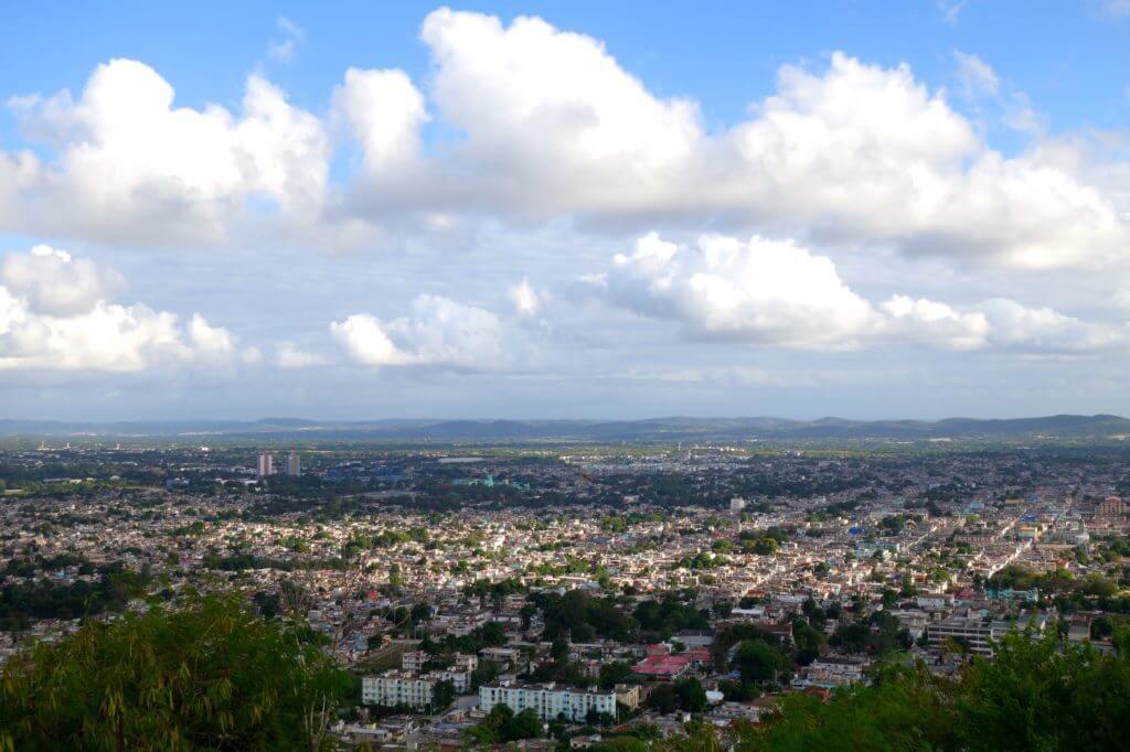 Loma de la Cruz. Blick über Holguín.