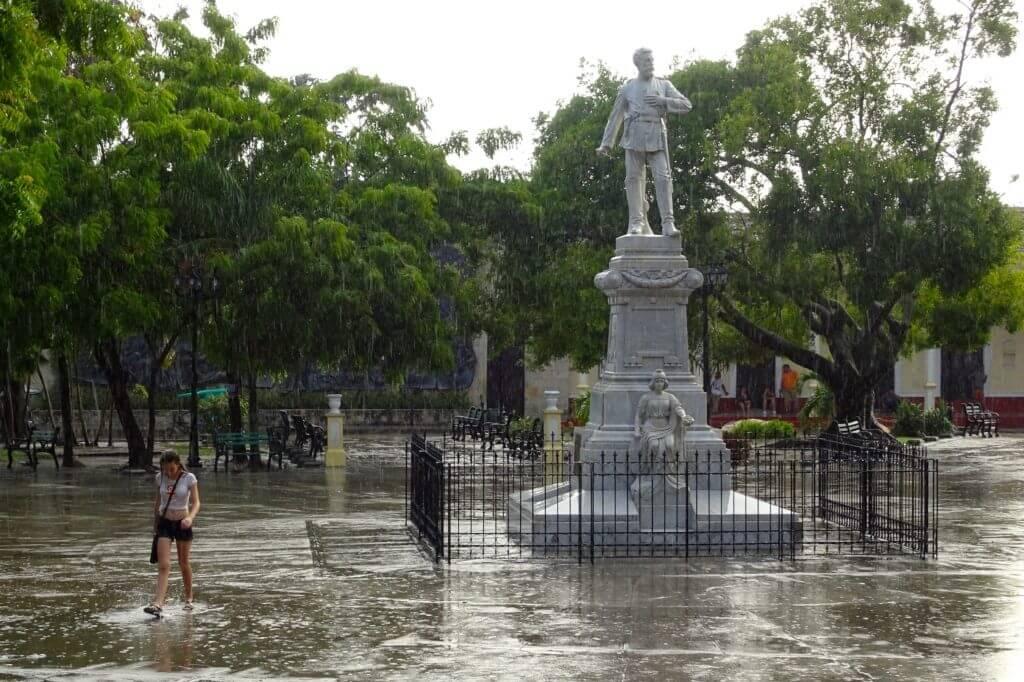 Holguín. Parque de las Flores (Parque Peralta) im Regen.
