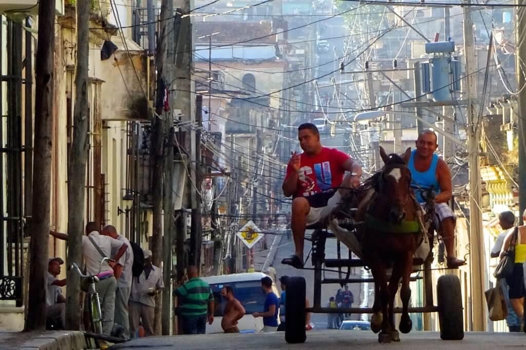 Casa Particular in Matanzas, Kuba. Pferdekutsche und Kabelgewirr in den Straßen.