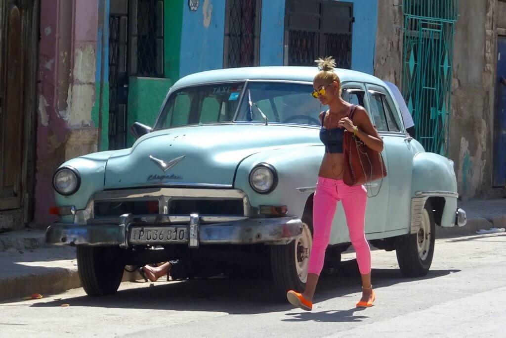 Casa Particular, Kuba. Altes Auto. Junge Frau. Farben. Typisch Kuba?
