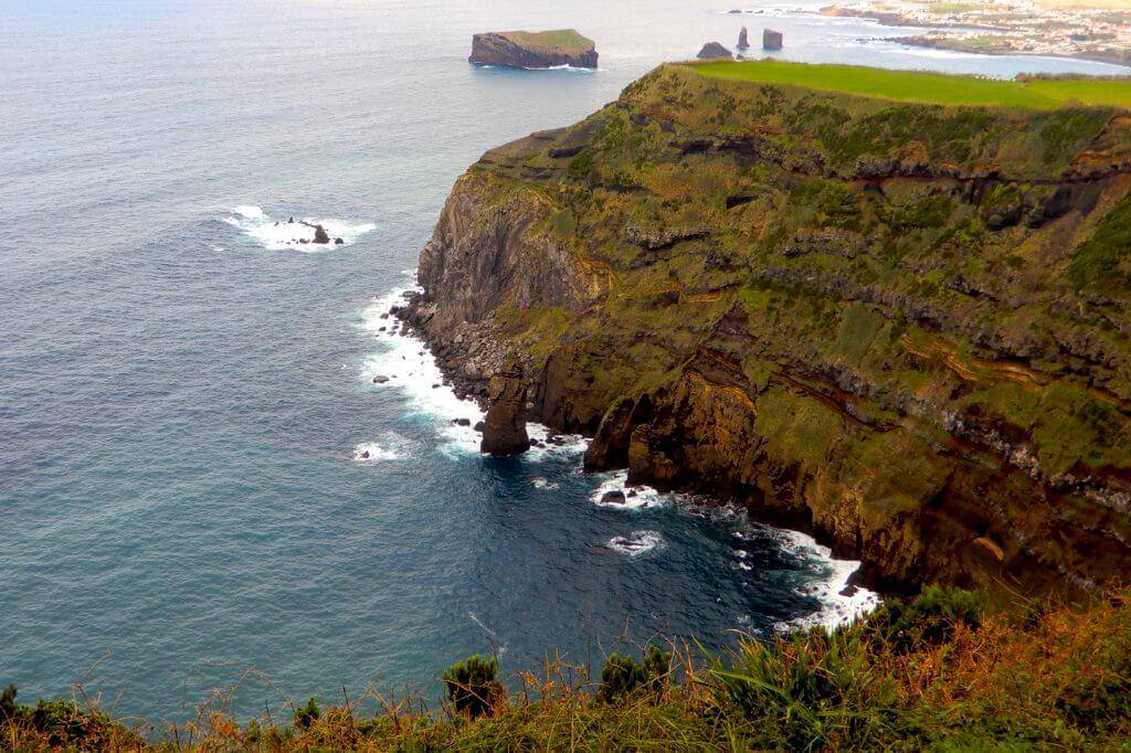 Auf dem Weg zum Kratersee bei Sete Cidades. Blick auf die Küste vor São Miguel vom Miradouro do Escalvado.