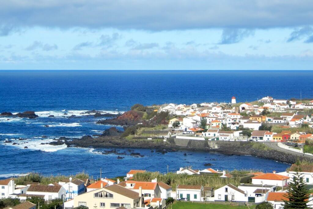 Blick auf das Fischerdorf Mosteiros während der Wanderung zum Kratersee. von Sete Cidades.