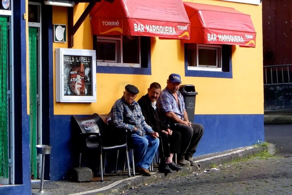 Männer vor einer Bar in Mosteiros, Impressionen auf dem Weg zum Kratersee von Sete Cidades.