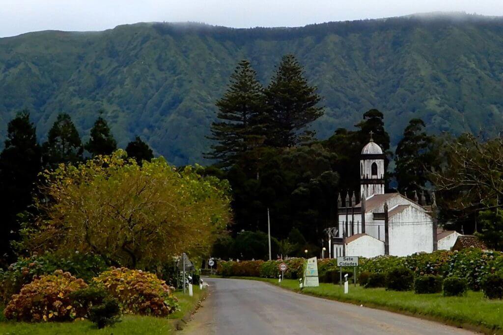 Sete Cidades. Ortseingang mit der Kirche Igreja de São Nicolau.