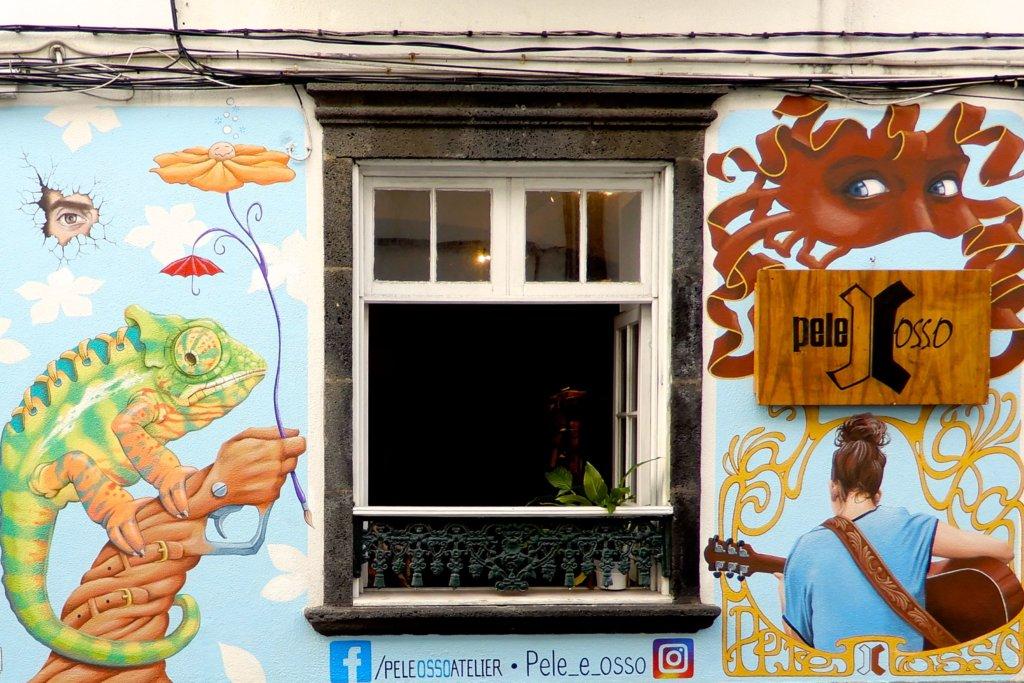 Street Art Azoren. Kunst von Marc Garcia am Gebäude von Pele e Osso in Ponta Delgada.
