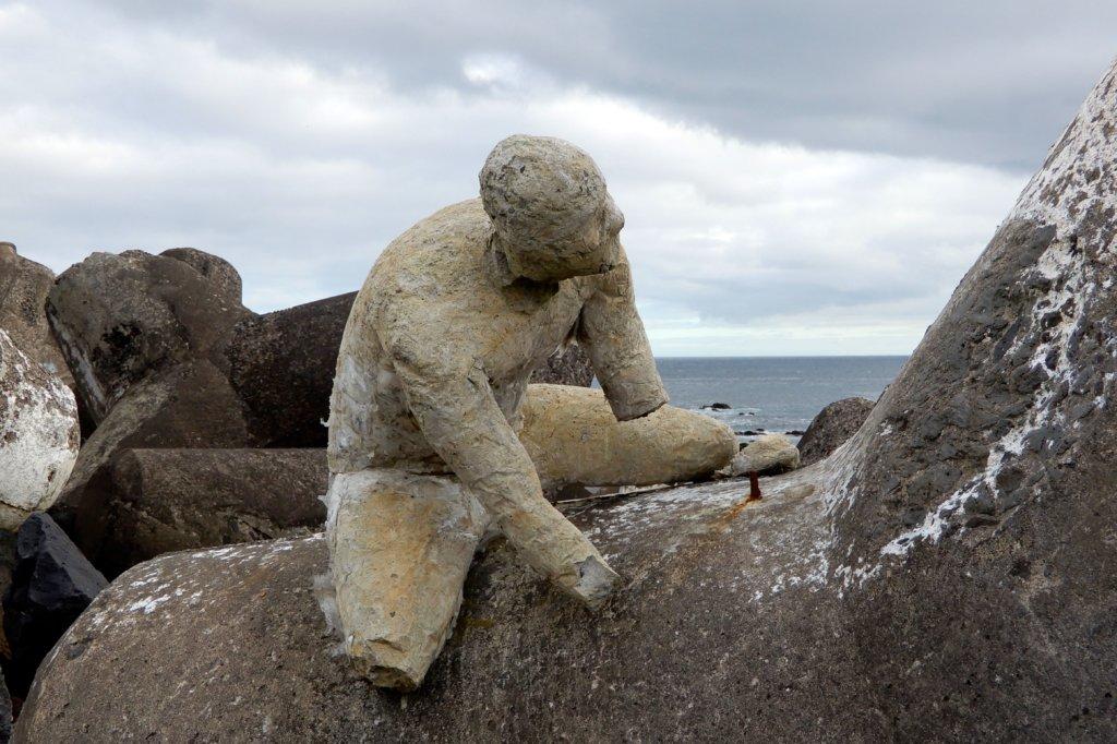 Street Art auf den Azoren. Skulptur vom US-Amerikaner Mark Jenkins in Ponta Delgada.
