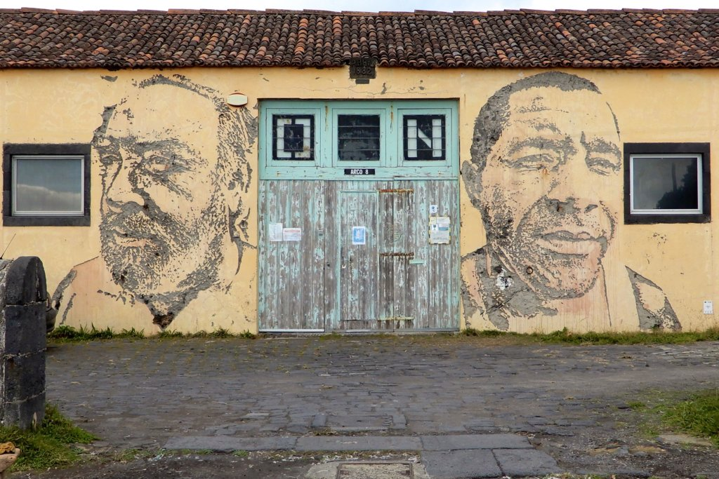 Street Art in Ponta Delgada, Azoren. Arbeit von Vhils aus Lissabon am Gebäude von Arco 8, Galerie und Bar.