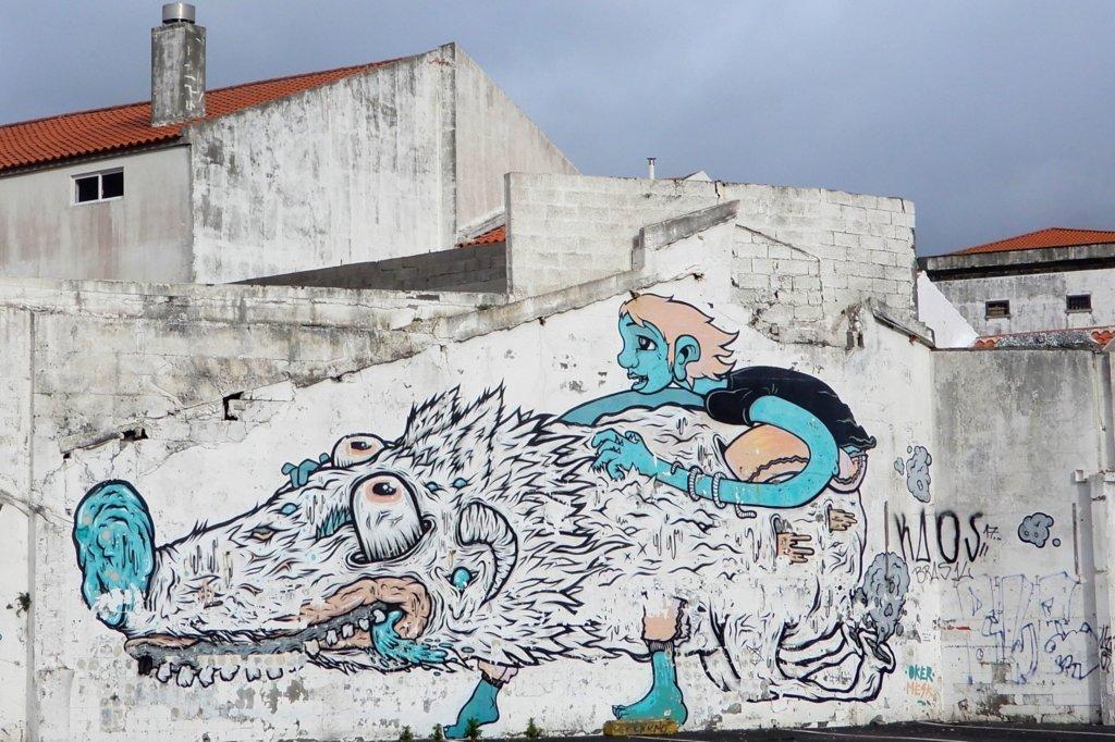 Street Art in Ponta Delgada. Kunstwerk von Oker und Mesk.