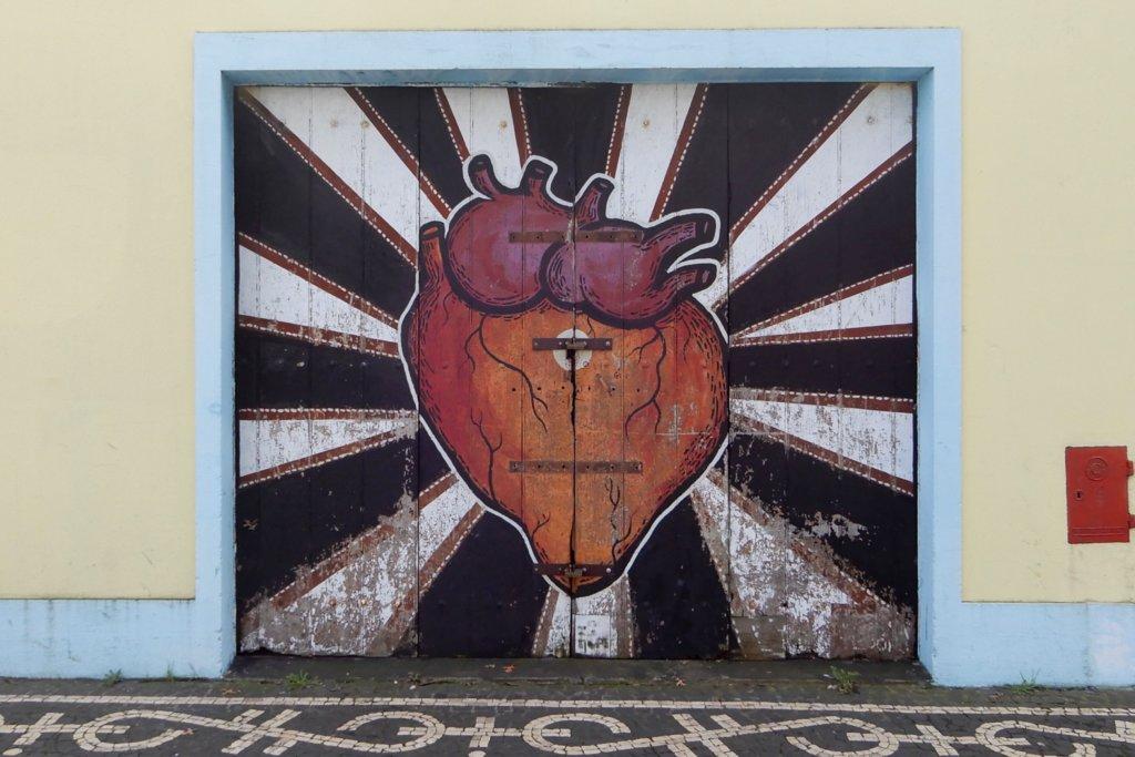 Street Art in Ponta Delgada. Ein Kunstwerk von Vanessa Teodoro aus Lissabon.