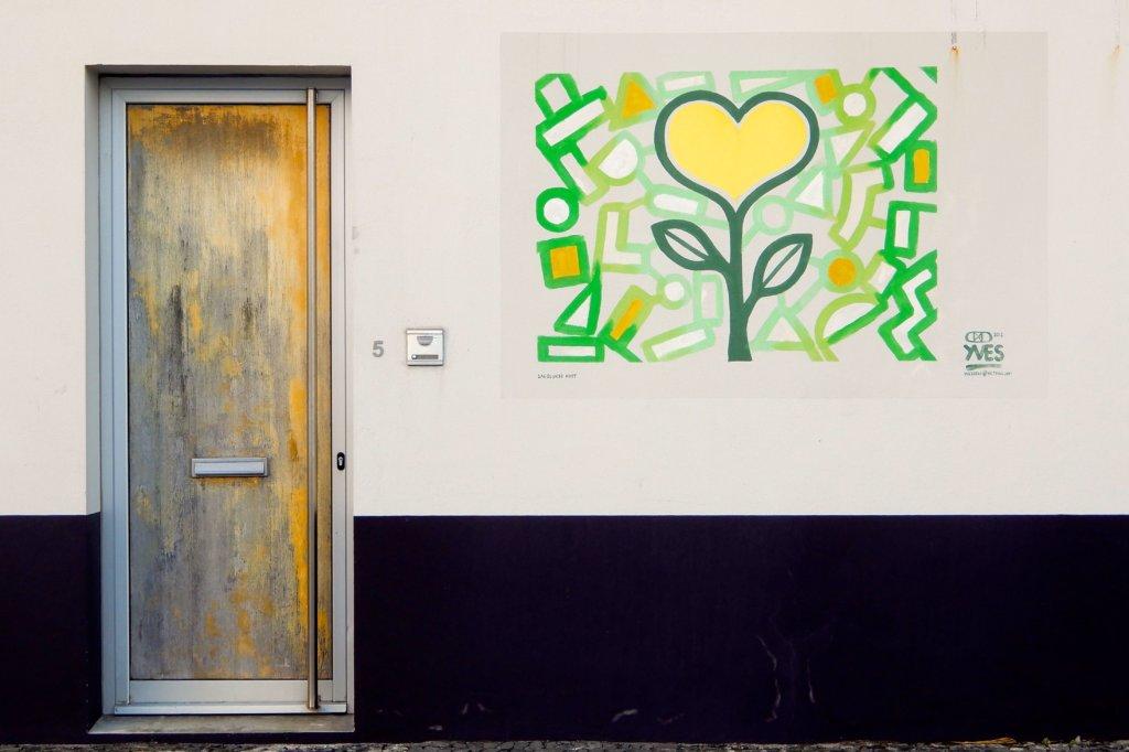 Street Art in Ponta Delgada. Typisches buntes Kunstwerk von Yves Decoster.