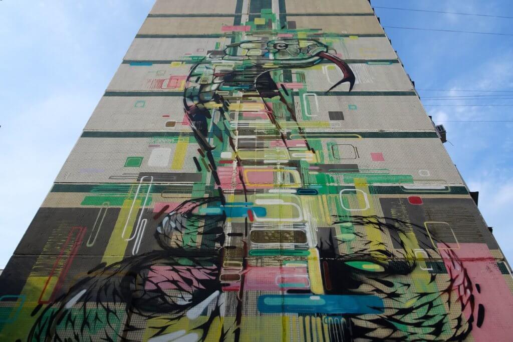 Street Art in Kasan. Bunte und kreative Malerei am Hochhaus.