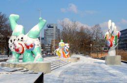 Winter in Hannover. Die Nanas am Hohen Ufer im Schnee.