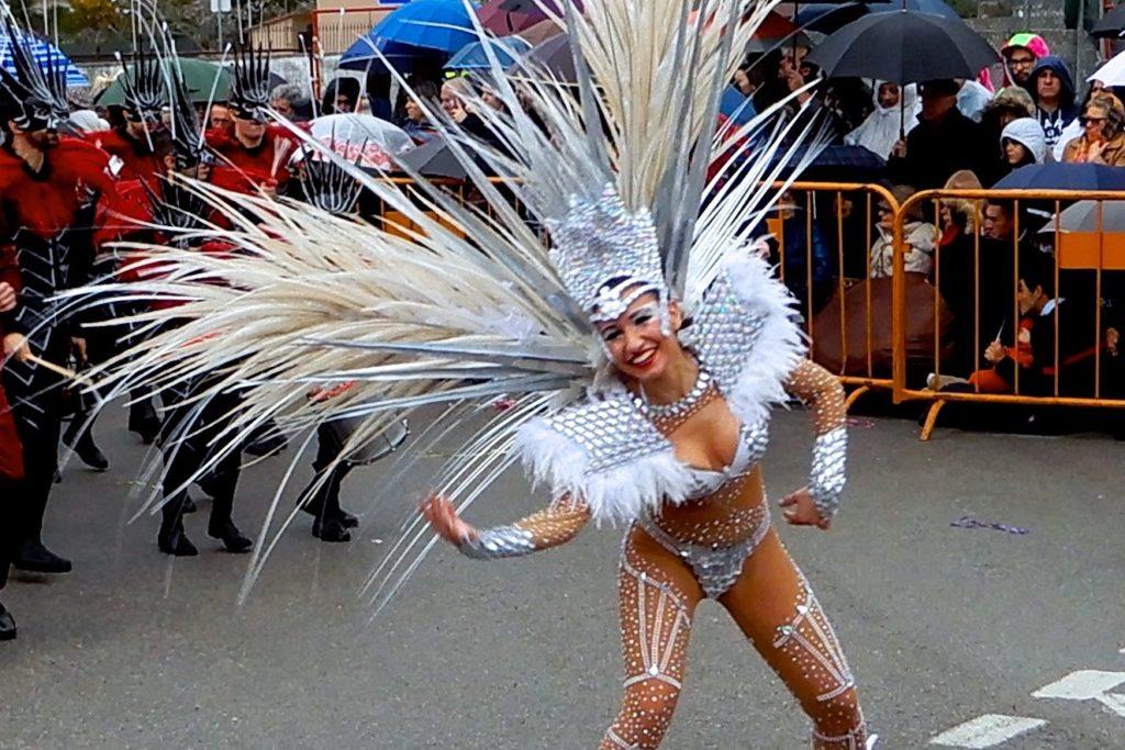 Karneval in Portugal. Sambatänzerin beim Corso von Ovar.