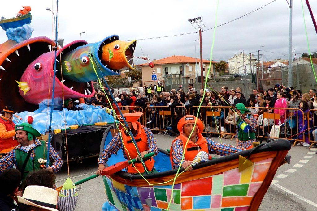 Karneval in Ovar. Regionale Verbundenheit ist auch ein Thema im Karneval, hier demonstriert durch die Darstellung maritimer Themen.