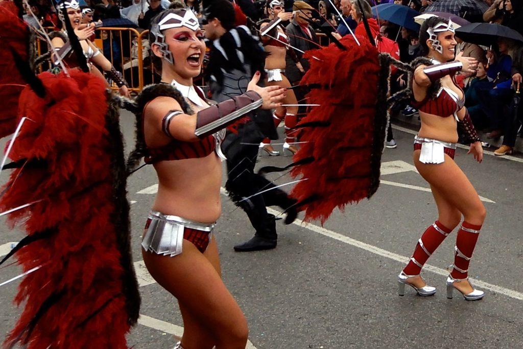 Karneval in Ovar, Portugal. Kostümierte Tänzerinnen während der Parade.