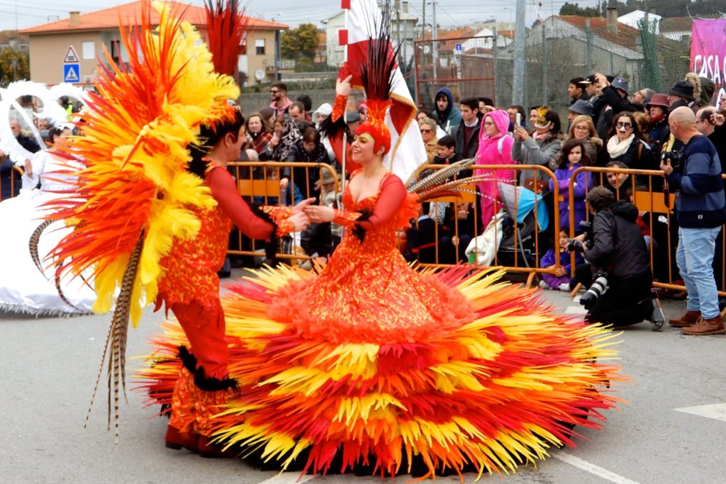 Karneval in Ovar. Kostümierte Tänzer.