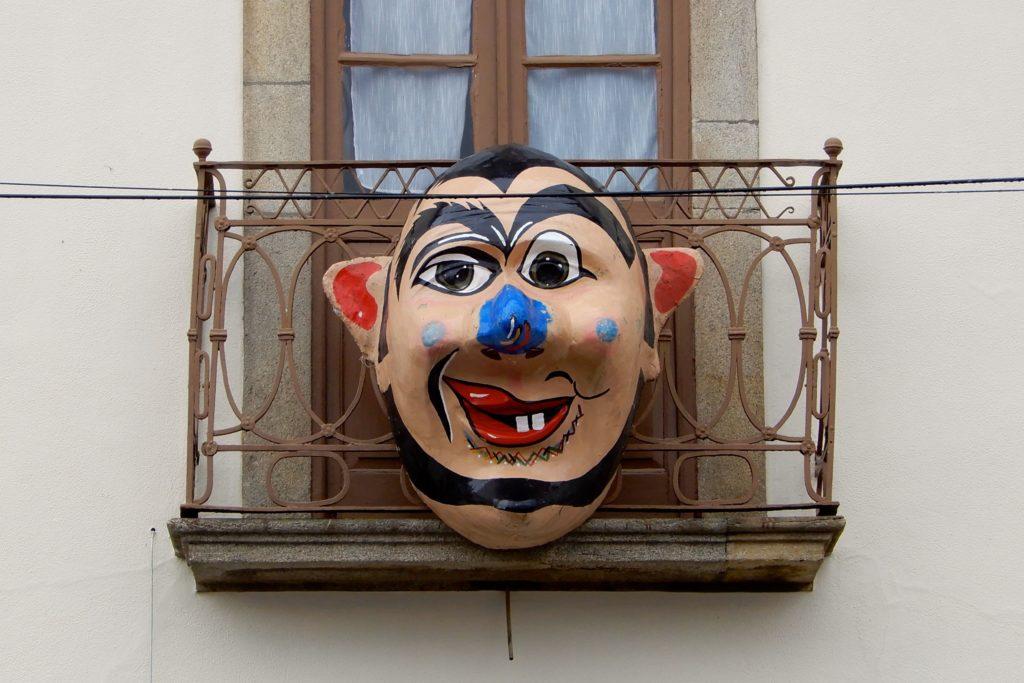 Karneval in Portugal. Ein Balkon in Ovar ist mit einer Karnevalsmaske geschmückt.